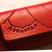 rotes Lederetui für Stifte mit Blume handgearbeitet